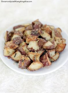 Oven Roasted Parmesan Garlic Potatoes by Cinnamon Spice and Everything Nice I Love Food, Good Food, Yummy Food, Tasty, Side Dish Recipes, Dinner Recipes, Side Dishes, Dinner Ideas, Great Recipes