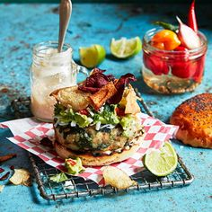 Fantastiskt mumsig vegetarisk burgare på stora vita bönor, spenat, solrosfrön och halloumi. Servera med en vackert grön guacamole med hett sting från picklad chili, krämig srirachamajonnäs och knapriga rotfruktschips på toppen.