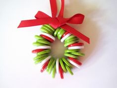 bricolage-noël-maternelle-couronne-noel-boutons-verts-rouges-blancs