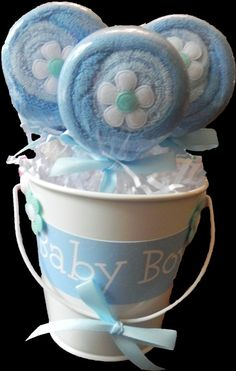 Washcloth Lollipop Pail - Unique Baby Shower Gifts and Favors infant washcloth boy girl neutral Bricolage Baby Shower, Regalo Baby Shower, Idee Baby Shower, Baby Shower Baskets, Baby Shower Crafts, Fiesta Baby Shower, Shower Bebe, Baby Shower Diapers, Baby Shower Themes