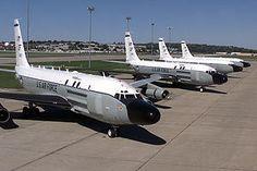 La bola de la cobra RC-135 del escuadrón del reconocimiento 45 se reúne en la línea de vuelo en la base de la fuerza aérea de Offutt, Nebraska. Estos aviones son raramente vistos en el mismo lugar al mismo tiempo debido a sus misiones de reconocimiento en todo el mundo.