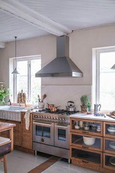 La cuisine contemporaine avec îlot parfaite pour une maison de campagne - PLANETE DECO a homes world Kitchen Post, New Kitchen, Swedish Kitchen, Sweden House, Devol Kitchens, English Interior, Old Cottage, Shaker Kitchen