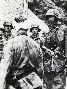 militaryhistory,tank-SS-Obersturmbannführer Max Wünsche (with bandage on head), commander of Panzer Regiment, is talking with Grenadiers of III. German Soldiers Ww2, German Army, Military Photos, Military History, Luftwaffe, Mg34, Germany Ww2, German Uniforms, History