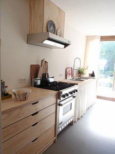 KJØKKEN: Også kjøkkenet er i tre og har et rent og naturlig uttrykk. Foto: Christien Starkenburg