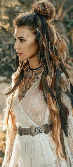 Boho feathers in hair - Boho Chic Hippie Style, Looks Hippie, Mode Hippie, Gypsy Style, Bohemian Chic Style, Boho Gypsy, Bohemian Mode, Hippie Bohemian, Hippie Hats