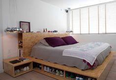 La alcoba principal tiene varios diseños de Ricardo Jiménez, como la cama y las lámparas.