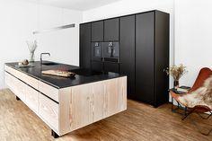 Garde Hvalsø køkken i lyst træ og sort med køkkenø