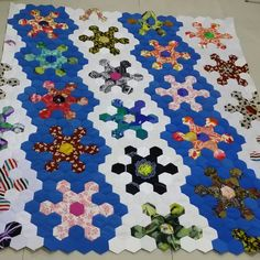 neat layout in diagonal rows for the snowflake hexies Paper Piecing Patterns, Loom Patterns, Snowflake Quilt, Snowflakes, Quilting Tips, Machine Quilting, Origami Quilt, Traditional Quilt Patterns, Crazy Patchwork