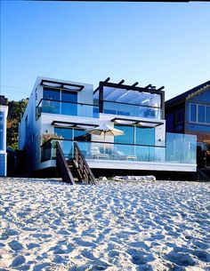 Kuva sivustosta http://cdn.decoist.com/wp-content/uploads/2012/03/Malibu-beach-house-made-of-glass.jpg.