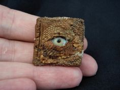 Miniature Witch/Wizard Book by polkadottoadstool. Kinda freaky but. Fun to make. Haunted Dollhouse, Haunted Dolls, Dollhouse Miniatures, Witch Cottage, Witch House, Miniature Crafts, Miniature Dolls, Décoration D'halloween Diy, Halloween Books
