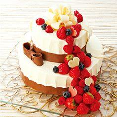 ≪ローザブランカ表参道≫プリメーラ クラッセ | 東急百貨店ネットショッピング 純白のケーキからこぼれ落ちるベリー。白薔薇につつまれた表参道の人気ゲストハウスが、ウエディングケーキづくりで培った技で仕上げました。ナイフを入れると、中からピンクのスポンジが現れます。 ●下段:直径21cm、上段直径13cm ●特定原材料:小麦・卵・乳 税込 15,750円 (本体価格:15,000円)