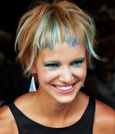short hairstyles 2015 short haircut short hairstyle with colored locks Short Hairstyles 2015, Funky Hairstyles, Pelo Vintage, Short Hair Cuts For Women, Hair Today, Hair Dos, New Hair, Hair Inspiration, Curly Hair Styles