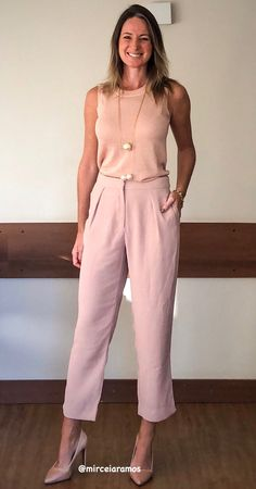 Look de trabalho - look do dia - look corporativo - moda no trabalho - work outfit - office outfit - autumn outfit - look executiva - look de outono - fall outfit - look monocromático - nude - Rose - calça cropped - Scarpin Casual Work Outfits, Professional Outfits, Work Fashion, Fashion Pants, Blush Outfit, Dressy Pants, Outfit Look, Work Looks, Fashion Gallery