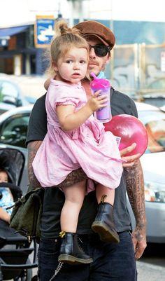 Pink Princess -  Das Nesthäkchen des Beckham-Clans trägt zu einem verspieltem Kleidchen derbe Dr.-Martens-Boots. Wir sind uns sicher: Harper Seven wird uns auch in Zukunft noch viel Freude mit ihren Looks bereiten ...