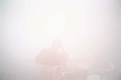 A Milano, attorno al 1991, Luigi Ghirri confida a Mario Cresci che, dopo aver esplorato per tanti anni il paesaggio e le cose dell'esistenza con innumerevoli scatti, sta pensando ad altro, e in quel momento non gli resta che fotografare la sola nebbia della sua terra, come segno estremo di cancellazione del mondo, per dirigersi verso l'imponderabile o l'ignoto. Roncocesi, una delle ultime fotografie, scattata nel gennaio del 1992, coglie la luce che avvampa come un cielo di bruma, facend...