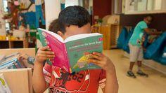 Nederland is het enige land in Europa waar begrijpend lezen een apart vak is. Dat is achterhaald, meent Liesbet van Oosten. Kinderen in groep 8 van de ...