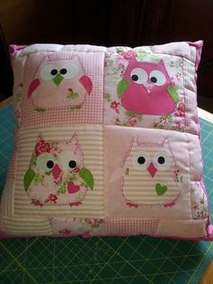 A sweet little owl appliquéd pillow made using sizzix die cut on big shot, the front is quilted and the back has an envelope finish with buttons Applique Cushions, Patchwork Cushion, Sewing Pillows, Quilted Pillow, Owl Quilts, Baby Quilts, Quilting Projects, Sewing Projects, Owl Cushion