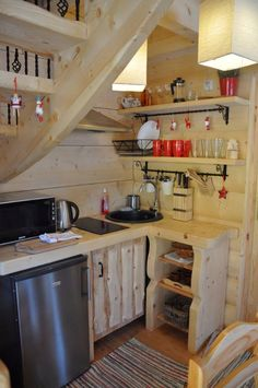 Peek inside this enchanting cabin and try not to fall for the cozy reading nook Cosy House, Tiny House Cabin, Tiny House Design, Mini Chalet, Little Log Cabin, Built In Furniture, Cabin Kitchens, Upstairs Bedroom, Big Bathrooms