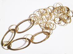 Cadena larga con eslabones ovales grandes. Laton con baño de oro.