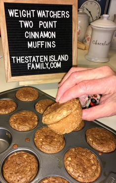 Looking for Weight Watchers muffins recipe? This amazing cinnamon muffin recipe is not only delicious, but it is also perfect for anyone who is on Weight Watchers. These Cinnamon Muffins are only 2 Weight Watchers Points! Weight Watcher Desserts, Weight Watcher Muffins, Plats Weight Watchers, Weight Watchers Breakfast, Weight Watchers Meals, Weigh Watchers, Weight Watcher Cookies, Healthy Recipes, Ww Recipes