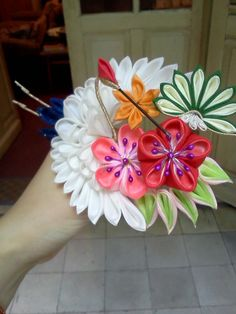 Colorful shou-chiku-bai kanzashi with a lucky crane, bambo, pine and sakura blossoms.  Ever since I super young, I've always loved kanzashi!  The bigger, the better.