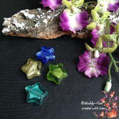 4 wunderschöne Glasfolieperlen in Sternform in Grün- und Blautönen  Wunderschön für viele kreative ideen geeignet.