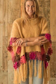CROCHET How to ( Crocodile stitch Handbag) Purse supersaver - Crochet Ragdolls Poncho Shawl, Knitted Poncho, Knitted Shawls, Crochet Scarves, Crochet Shawl, Crochet Clothes, Knit Crochet, Knitting Patterns, Crochet Patterns