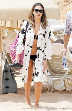 Hit the beach in style this season: This season's ubiquitous kimono makes for the perfect bikini cover up as Jessica Alba demonstrates perfectly Bikini Cover Up, Swimsuit Cover Ups, Bikini Top, Kimono Beach Cover Up, Black Bikini, Ibiza Stil, Strand Kimono, Beach Kimono, Bathing Suit Covers