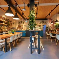 Bistro und Café Kreuz+Kümmel in Berlin Prenzlauer Berg | CREME GUIDES #einrichtung #café #bistro #berlin #tipps #prenzlauerberg #cremeguides Prenzlauer Berg Berlin, Catering, Breakout Area, Tile Countertops, White Marble, Wooden Frames, Tile Floor, Buffet, Dining Room