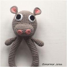 Er i også helt vilde med flodhesteranglen? 130kr levering Bestillinger kan sendes til mormor_krea@hotmail.com #mormorshæklerier #lavespåbestilling #hækle #hæklet #hækleri #hækletflodhest #hækletrangle #crochet #crocheting #crochetanimal #crochethippo #instacrochet #crochetinspiration #crochetrattle #crochettoy #rangle #luksusbaby #baby #krea #diy #garn #bomuld #flodhesterangle #hækletflodhesterangle #luksusbaby #barselsgave #babyrangle #gravid #barselsliv #barselslivet by mormor_krea