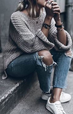 Simple sweater+ordinary jeans= truly stylish modest, but stylish fall outfit. Fall-Winter Outfits Ideas for . Fashion Blogger Style, Look Fashion, Street Fashion, Autumn Fashion, Fashion Outfits, Womens Fashion, Fashion Trends, Fashion Ideas, Feminine Fashion