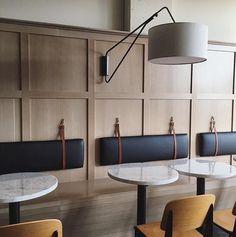 Banco corrido de madera con respaldo acolchado con cintas de cuero