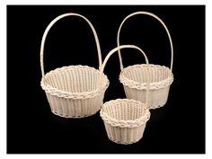 Dekorační košík - sada 3 ks . Dekorační košíky využijete k aranžování, například umělých květů. Skvěle se hodí na okvětní lístky růží pro družičky. Košíky jsou pletené z plastu, ucho je z dřevěné konstrukce. Můžete si je omotat stuhou či jinak...