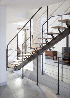 Escalier droit métal et bois au design contemporain, ESCA'DROIT® sur limon central. Marches type plateaux bois. Limon central en tube carré. Rampe main courante en fer plat et câbles inox parallèles.