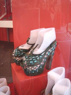 CM's Platform Shoes at the Carmen Miranda Museum Vintage Glam, Vintage Hollywood, Hollywood Glamour, Vintage Shoes, Vintage Accessories, Fashion Tv, 1940s Fashion, Vintage Fashion, Vintage Inspired Outfits