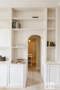 cucina-porta-arco Built In Shelves, Magazine Articles, Tiny House, Bookcase, Relax, Interior Design, Closet, Furniture, Home Decor