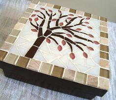 Caixa Mdf trabalhada em mosaico. Mede 16x16 cm.