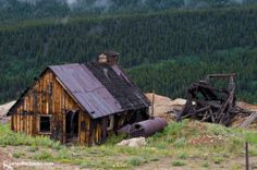 The Leadville Mines are above feet which make for some amazing views. The mines slowly wasted away after the silver industry boom declined. Twin Lakes Colorado, Visit Colorado, Colorado Homes, Colorado Rockies, Abandoned Cities, Abandoned Houses, 4x4, Leadville Colorado, Old Mansions