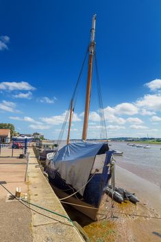The pretty harbour town of Topsham lies next to the Exe estuary, with a fascinating history and cosmopolitan atmosphere combining beautifully to showcase a unique holiday destination 💙 Devon Holidays, Self Catering Cottages, Devon And Cornwall, Days Out, Holiday Destinations, Cosmopolitan, Dog Friends, How To Memorize Things, History