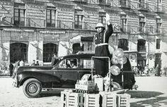 Murcia, policia en la plaza martinez tornel, aguinaldo de navidad