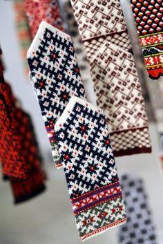 Dūraiņi. Latvian mittens. Baltic. Northern Europe.  Bilde 1/6: Latviešu cimdu rakstus tagad izadīs arī Japānā Knitted Mittens Pattern, Loom Knitting Patterns, Knitting Charts, Knitting Stitches, Mitten Gloves, Hand Knitting, Stitch Patterns, Knitting Tutorials, Mittens