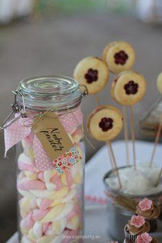 Nice Party Comunión rústica en color rosa- Mesa de dulces Nubes y pie pops de mermelada