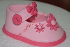 baby booties step by step Fondant Cake Toppers, Fondant Figures, Fondant Cakes, Cake Decorating Techniques, Cake Decorating Tutorials, Fondant Baby Shoes, Decors Pate A Sucre, Baby Shoes Tutorial, Mom Cake