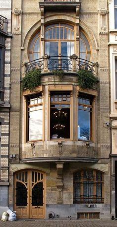 #Brussel, #België. Art-nouveaugevel die zich vier verdiepingen hoog verheft.