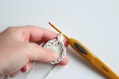 haakpatroon kerstbal stap4-1 Crochet World, Beads, Home Decor, Ganchillo, Amigurumi, Figurine, Beading, Homemade Home Decor, Bead