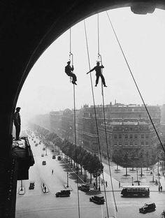 Haute voltige...oui mais sous l' @ArcDeTriomphe en 1935 ! WoW ! Vertige ! #Paris #France