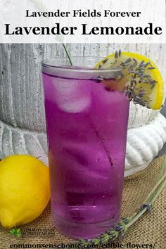 Edible Flowers List with Edible Flower Names and Pictures Lavender Lemonade Recipe included in this informational post on edible flowers. Whether you're nibbling edible petals or cooking up buds, flowers you can eat add fun to any table. Edible Plants, Edible Garden, Detox Recipes, Tea Recipes, Drink Recipes, Edible Lavender, Lavender Recipes, Yummy Drinks, Healthy Drinks