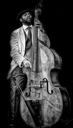 Jazz bassist ( Would like to know the name of the artist ) Arte Jazz, Jazz Art, Jazz Blues, Blues Music, Music Love, Music Is Life, Pop Music, Musician Photography, Family Photography