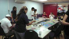 Participantes realizan manualidades durante EnAmorArte de la Cruz Roja Panama