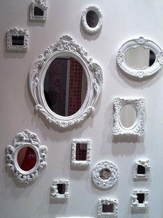 """ESPELHO: É considerado uma das """"nove curas"""" dentro do Feng Shui. Ele pode ser usado para redirecionar a circulação de energia chi em um ambiente. Pode ser usado para refletir e dobrar uma imagem """"positiva"""" na casa. Ajuda a aumentar espaços muitos estreitos e pequenos. Ajuda a iluminar locais muito escuros quando colocado em locais que refletem um luminoso ou uma janela."""